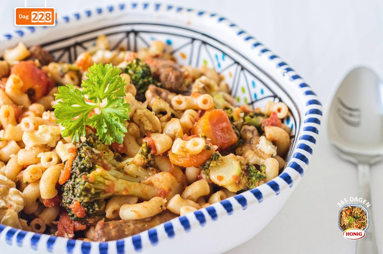 Volkoren macaroni met runderchipolata, broccoli en walnoten