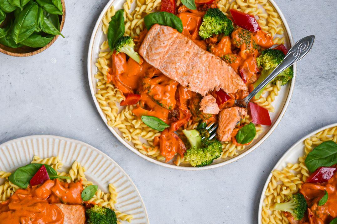 Kikkererwten Fusilli tomatenroomsaus met paprika, broccoli en gegrilde zalm