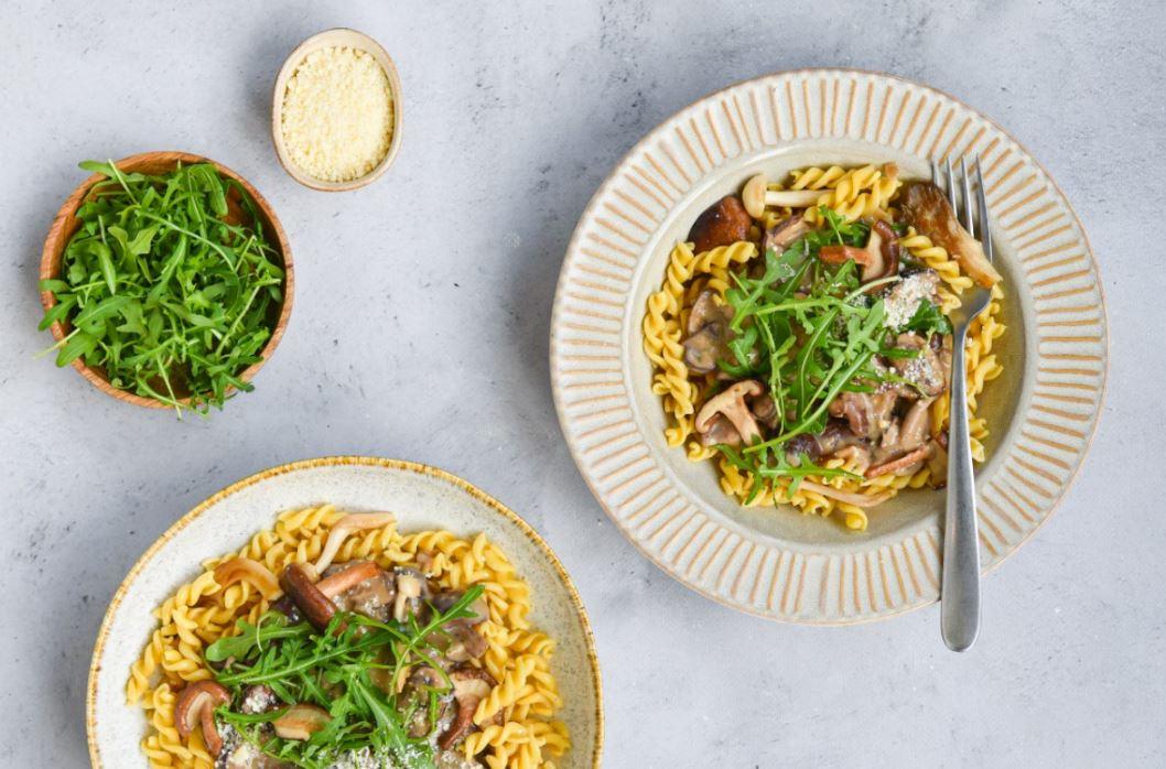 Kikkererwten Fusili met champignonsaus, paddenstoelen en rucola